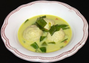 Hühner-Curry-Knöderl in Currysuppe